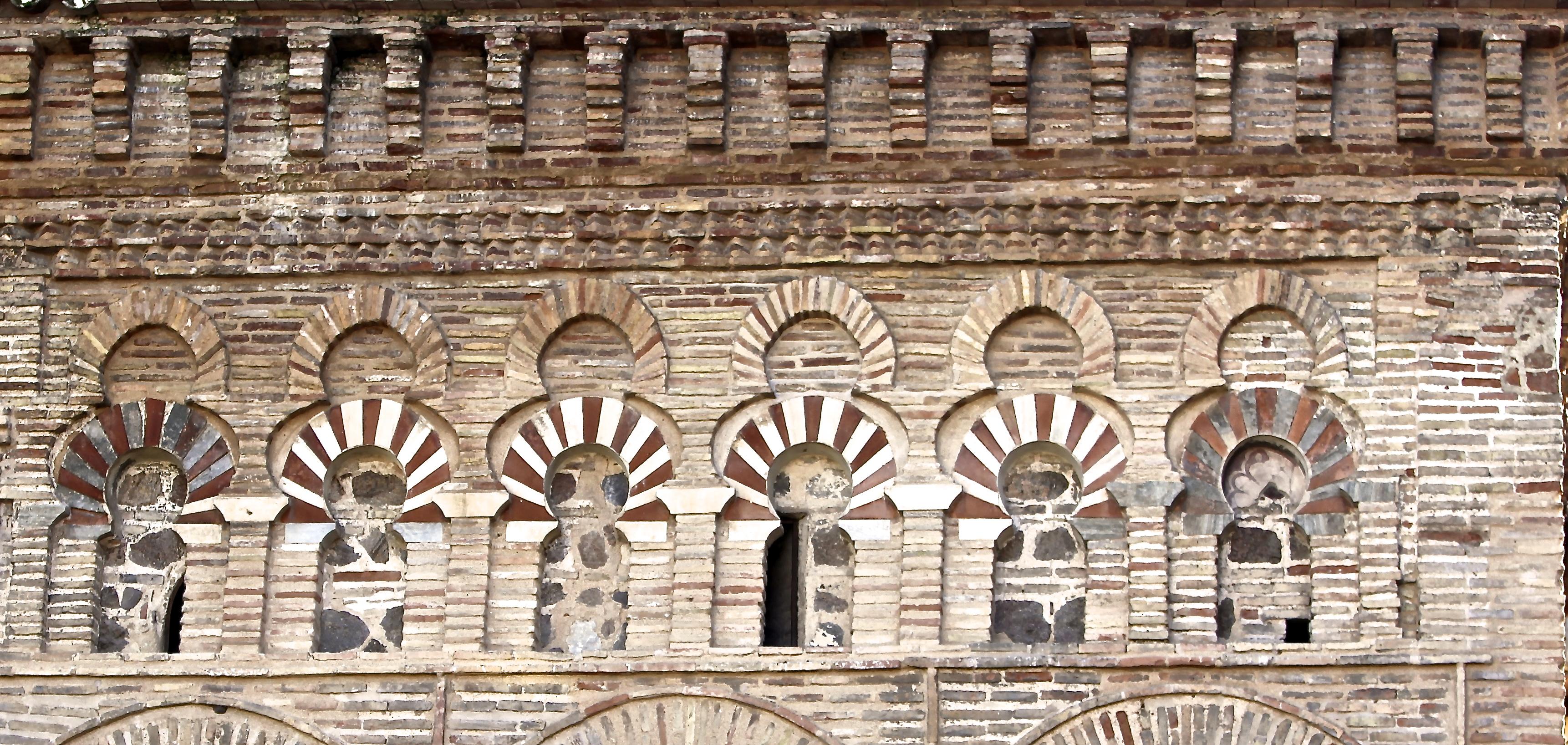 1- Arcos ciegos originales en la fachada alta de la ...