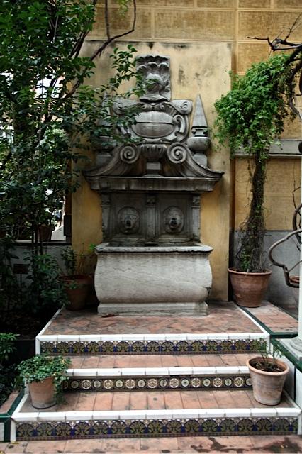 fuente adosada a la pared en un rincon del segundo jardin en la casa sorolla