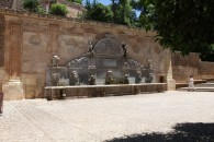 12-fuente de Carlos V junto a la puerta de la justicia
