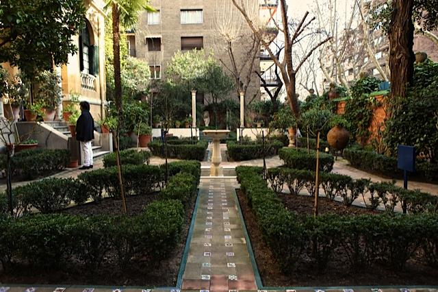 15 eje de simetria visto desde el jardin de entrada bajo for Jardin entrada casa