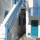 23- colores alegres y marineros en una casa de Santorini, así es Grecia