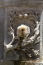 8-talla en la fuente de Carlos V, la granada que identifica a la ciudad