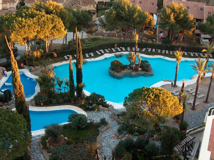 Jardines y piscinas tropicales hotel incosol for Paisajismo jardines con piscina